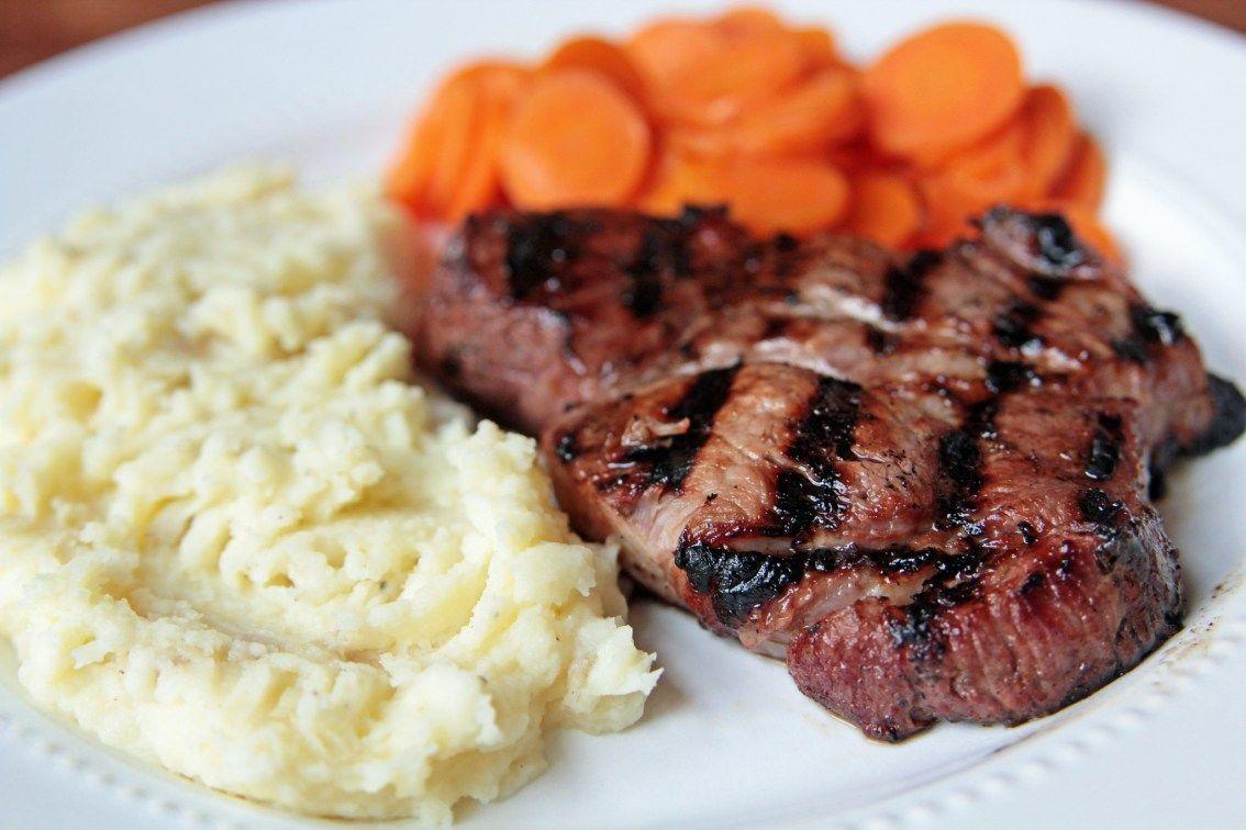Se muestra un plato con arroz, un filete y zanahoria cortada