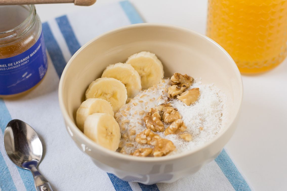 Plato de avena con yogur y plátano